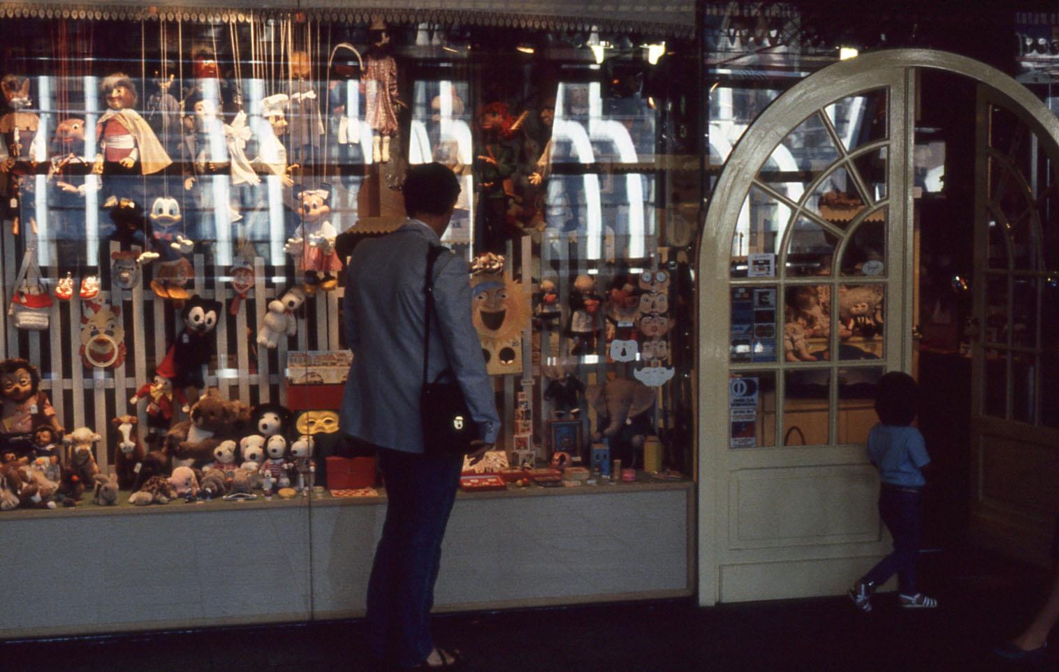 17 paris forum des halles 044 vitrines 1985
